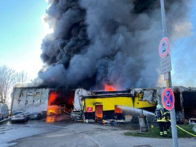 Großbrand in Mittelstadt - dunkle Rauchwolken und die brennende Lagerhalle