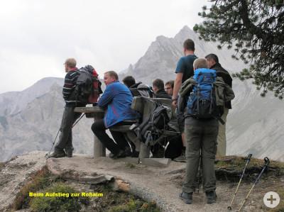 Bild der Wandergruppe bei der Rast auf dem Aufstieg zur Rossalm