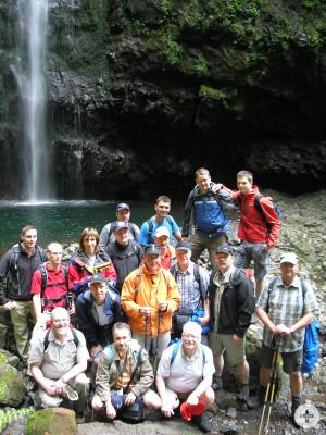 Gruppenbild vor einem Wasserfall auf Madeira
