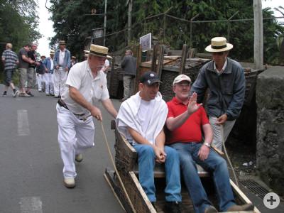Gruppe beim traditionellen Korbschlittenfahrt in Funchal