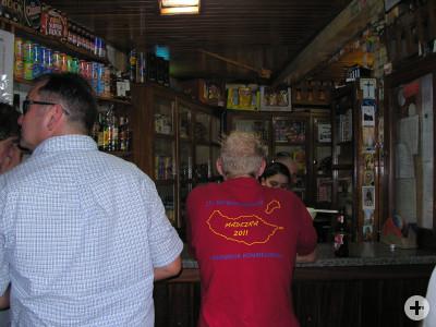 Wandergruppe in einer traditionellen Puncha-Bar