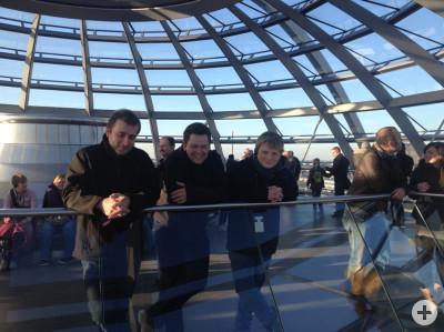 Gruppenmitglieder in der Kuppel des Reichstags