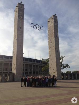 Gruppenbild vor dem Olympia Stadion