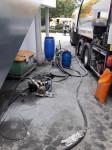 Ölunfall in der Schleestrasse, auf diesem Bild sieht man wie ausgelaufenes Öl umgepumpt wird