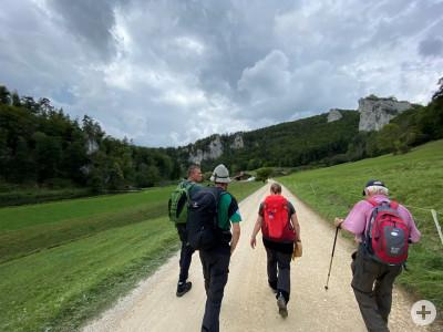 Gruppe beim Wandern im Donautal