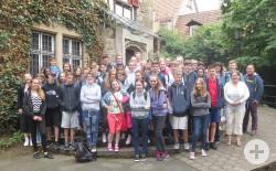 Die Schülergruppe der Whitby High School im Garten des Reutlinger Heimatmuseums