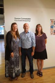 """Lauralynn White (""""Gallery Director"""" beim Kunstzentrum GoggleWorks) sowie Henning Eichinger und Yvonne Kendall"""