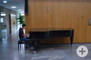 Christian Nguyen, ein Schüler des Albert-Einstein Gymnasiums, am Klavier