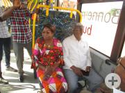 sitzend von rechts: Bürgermeister Nicolas Djibo und die 3. Beigeordnete von Bouaké, Jacqueline N'Guessan