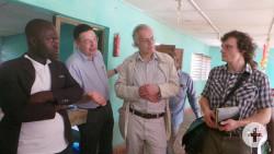 Die deutsche Gruppe besichtigt Schulen in Bouaké.