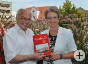 Eugen Wendler übergibt sein Buch an Barbara Bosch (Foto: Niethammer)