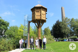 Vorne von links nach rechts: Ralf Güthert (GWG), Edeltraut Stiedl (Stadträtin), Wolfgang Sauer (Taubenwart) und Albert Keppler (Stadt Reutlingen)