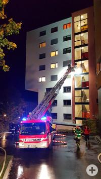 Brand ppt.rt – Zu sehen ist ein Feuerwehrfahrzeug mit ausgefahrener Drehleiter bei Nacht mit Blaulicht vor dem Klinikgebäude für Psychatrie und Psychosomatik Reutlingen