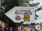 """Ein Straßenschild mit der Aufschrift """"Avenue Reutlingen"""" in Bouaké"""