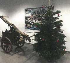 auf diesem Bild sieht man einen Weihnachtsbaum in der Weihnachtszeit im Foyer der Feuerwache