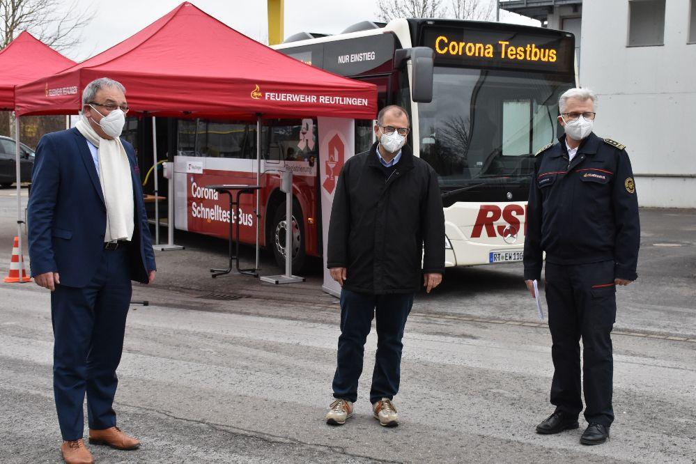 Oberbürgermeister Thomas Keck, Apotheker Hannes Höltzel und Feuerwehrkommandant Harald Herrmann.