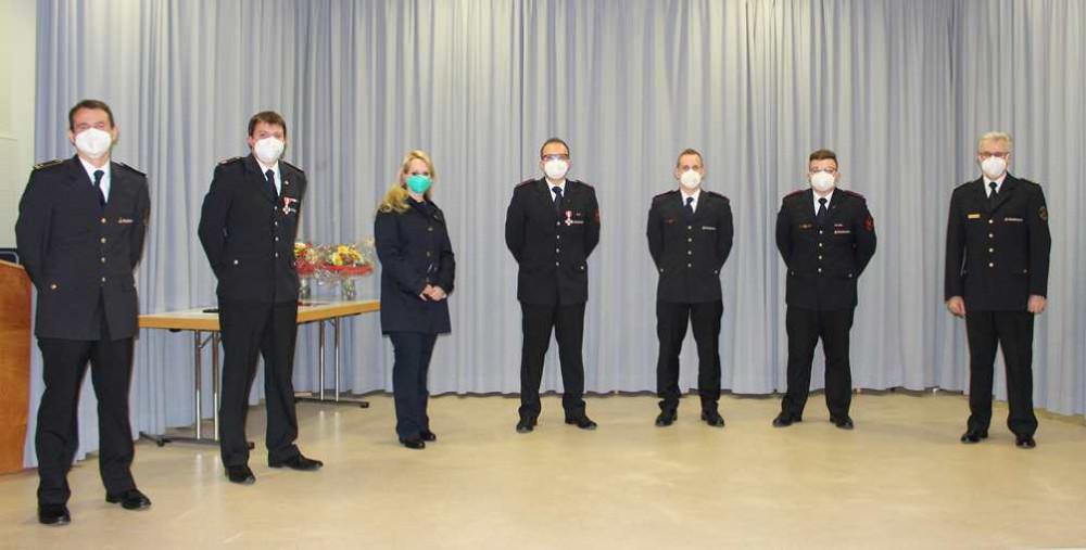 Das Pressebild zeigt Bezirksbürgermeisterin Andrea Fähnle (3. v. l.) mit Feuerwehrkommandant Harald Hermann (r.), dessen Stellv. Michael Reitter (l.) und Abteilungskommandant Björn Lumpp (2. v. l.) mit den geehrten und beförderten Kameraden