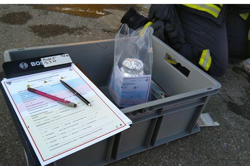 Eine Kiste mit Material für die Probennahme und Messprotokoll