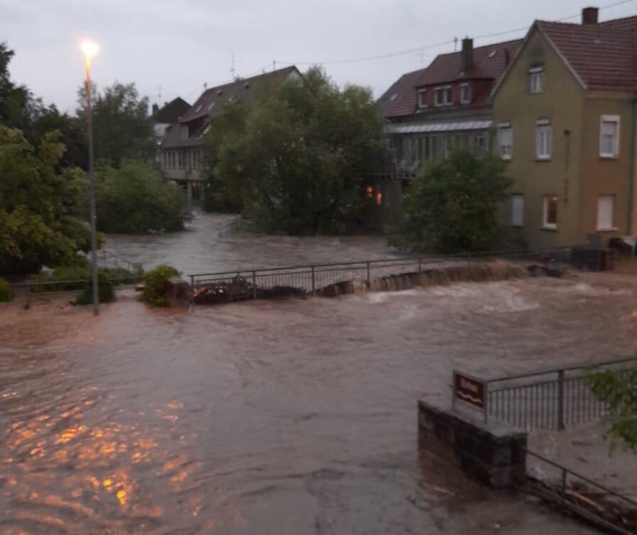 Die Echaz überschwemmt die Brücke beim Betzinger Rathaus