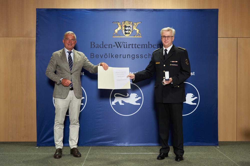 Feuerwehrkommandant Harald Herrmann erhält das Bevölkerungsschutz-Ehrenzeichen 2020 von Innenminister Thomas Strobl.jpg