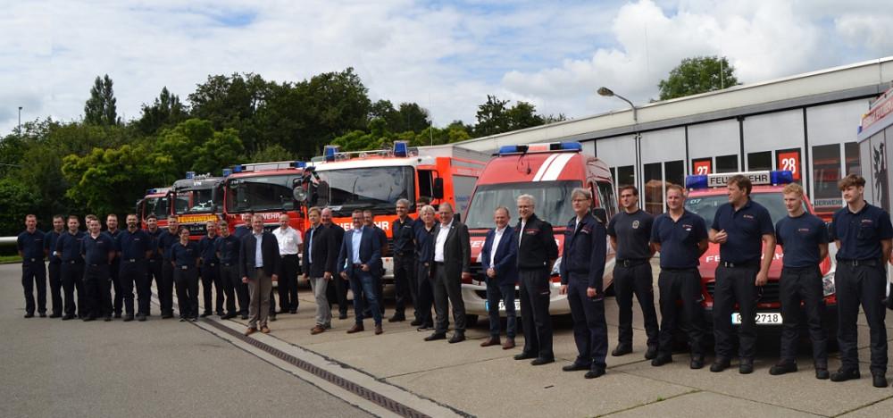 Die ehrenamtlichen Helfer auf dem Hof der Feuerwehr Reutlingen. Im Hintergrund sind die Einsatzfahrzeuge zu sehen.