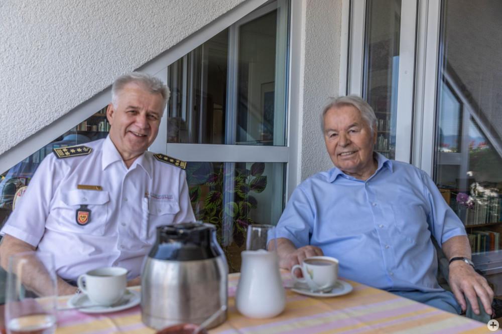 Auf diesem Bild sieht man Ehrenmitglied und Stadtkämmerer a.D. Dieter Pasternacki mit  Feuerwehrkommandant Harald Herrmann beim 85. Geburtstag
